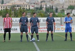El trio arbitral con ambos equipos