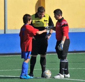 El arbitro con los capitanes en el partido jugado ayer