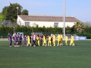 Los equipos saludandose al inicio del partido