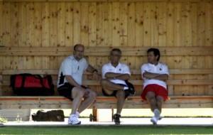 El director deportivo, Fernando Pons Niza;el propietario Mateu Alemany y el entrenador Gregorio Manzano, relajados en el banquillo, durante una pretemporada del Real Mallorca en la localidad austríaca de Kössen. 29-07-2009 | Carlos Román