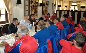 El presidente de la federación reune a los jugadores en una comida