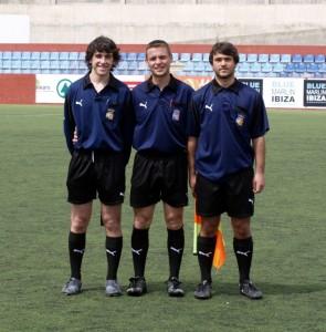 El arbitro con sus dos asistentes