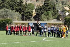 Los dos equipos con el arbitro al inicio del partido