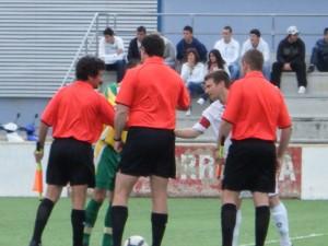 El trio arbitral con los capitanes al inicio el partido