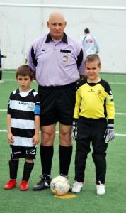 LOs capitanes con el arbitro del partido