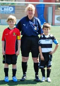El arbitro y los capitanes del partido