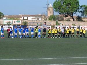 El arbitro con los dos equipos al inicio del partido