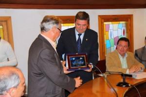 Pere Rotger entrega una placa al Presidente del Constancia