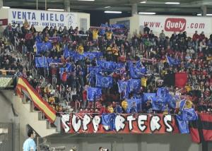 Peña Supporters enseñando banderas europeas
