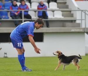 Un jugador de la Balear pidiendo explicaciones. foto Pepsila