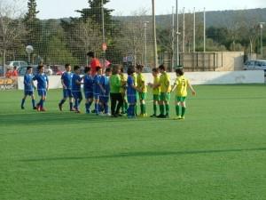 Los equipos saludando al inicio del partido