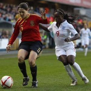 Ruth protegiendo un balón en el partido jugado contra Inglaterra en tierras inglesas