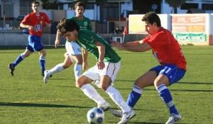 Portmany y Luchador, primero y segundo en la Liga Interpueblos, tendrán la ventaja de jugar cuatro partidos en el campo que comparten. JUAN A. RIERA