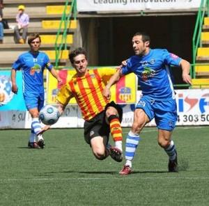 Ismael. El jugador del Sporting, que reapareció, recibe una fea entrada de un rival del Sant Andreu - Photodeporte