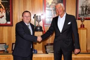 Tomeu Vidal y Peter Hunt sellan el acuerdo firmado en el Ono Estadi