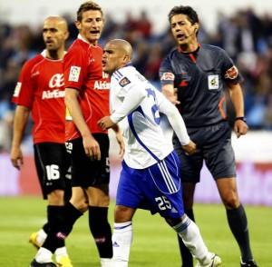 Turienzo recrimina una acción a Suazo ante Rubén y Nunes en el partido del miércoles.  Foto: J. Galindo / Periódico