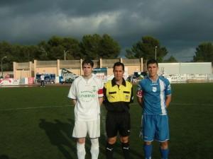 El arbitro con los capitanes del partido