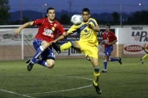 Niki y Borja saltan por el balón en una acción del partido amistoso entre el Portmany y el Dénia. 25-05-2010 | Marco Torres