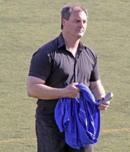 Paco Esteban con la camiseta que le regalaron sus jugadores