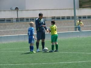 El árbitro con los capitanes al inicio del partido