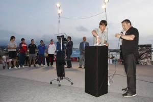 Bojan introduce las bolas con los nombres de los equipos que participan en el torneo.  MOISÉS COPA