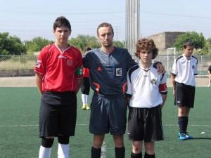 El árbitro con los capitanes del partido
