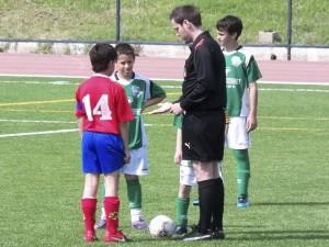 El arbitro con los capitanes al inicio del partido