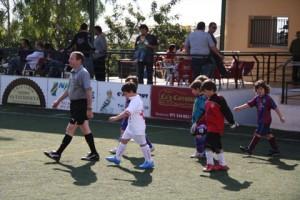 Los equipos con el arbitro al inicio del partido