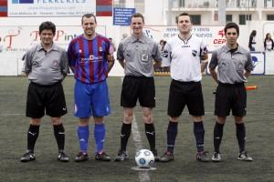 El trio arbitral con los capitanes del equipo