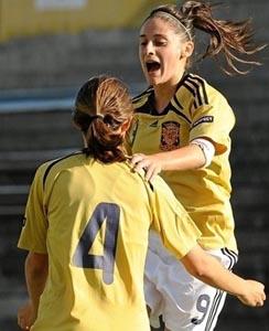 María Galán felicitada en el primer gol. Foto UEFA