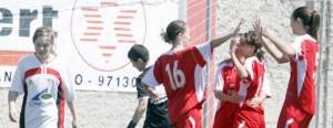 Las jugadoras del Atlético Jesús celebran uno de los goles en el encuentro de ayer.  VICENT MARÍ
