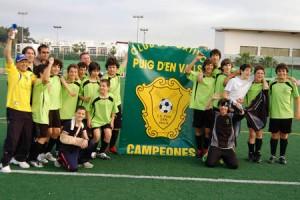 Jugadores y técnicos del Puig d´en Valls celebran el título.  LUIS HERRERA