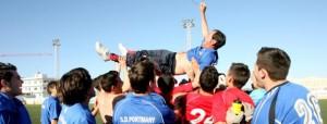 Los jugadores del Portmany ´mantean´ a uno de los componentes del cuerpo técnico del equipo en la celebración del domingo.  JUAN A. RIERA