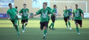 Fran Heredia festeja el gol que le marcó al Rápid el sábado que le dio el ascenso a su equipo.  JUAN A. RIERA