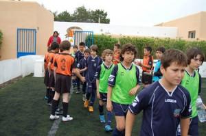 Los futbolistas del Sant Josep hacen los honores a los del Formentera.  L.H.