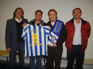 Joan Manuel Serrat con la camiseta del Baleares