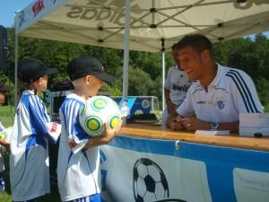 Gmo. Vallori firmando autografos en Suiza