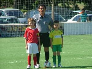 El árbitro con los capaitanes del partido