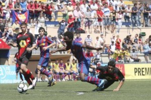 El barcelonista Keita cae derribado por un jugador del Rayo Vallecano en la final de la Nike Premier Cup disputada en Sant Antoni. 30-05-2010 | Marco Torres