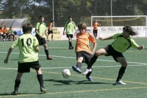 Dos jugadores pelean por un balón en una de las finales de ayer. 20-06-2010   Marco Torres