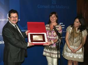 Miguel Jaume recibe una planca de Francina Armengol