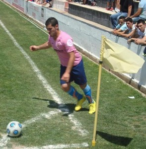 Nando lanzando un corner en frente al Mairena con el Ferriolense