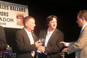 Toni Medina recogiendo el premio de campeón de liga con el Son Ferrer