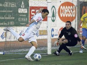 Villodre (i), durante el partido frente al Independiente Camp Redó mallorquín.  VICENT MARÍ