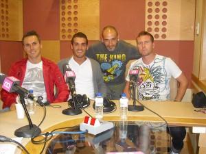 Javi Fernandez con dos compañeros del Arenal en IB3 Radio. Foto Arenal
