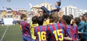 Los jugadores del FC Barcelona mantean a su técnico tras lograr el título en cadetes.  VICENT MARÍ