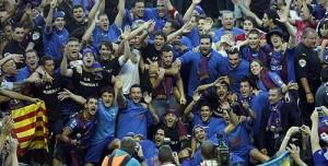Los jugadores del Levante celebrando el ascenso. Cendrós aparece con el micrófono. Foto: web Levante UD