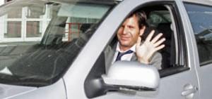 Mateu Alemany, ex máximo accionista del Mallorca, saliendo con su coche de Son Moix.  Foto: B. Ramon