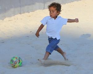La técnica de este niño jugando en la playa sencillamente genial