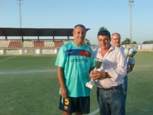 El capitan recibiendo el trofeo que le acredita como subcampeón